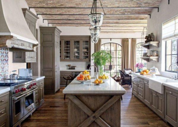 кухня в стиле кантри с белыми стенами