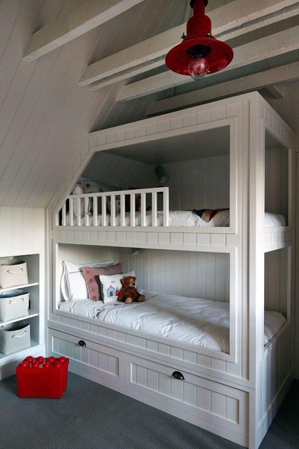 белая мебель и красный декор в детской для двоих детей