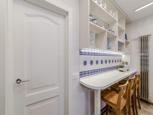 узкая барная стойка вдоль стены кухни