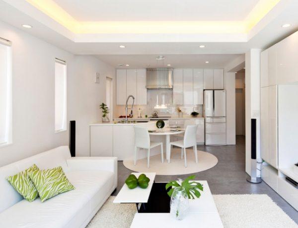 белый интерьер кухни совмещённой с гостиной