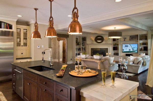 светильники в интерьере кухни совмещённой с гостиной