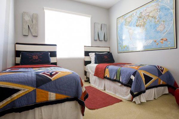детская комната с двумя кроватями