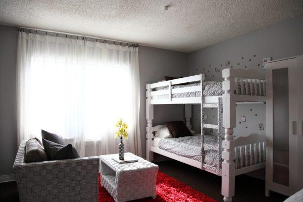 светлая детская комната с диваном и двухъярусной кроватью