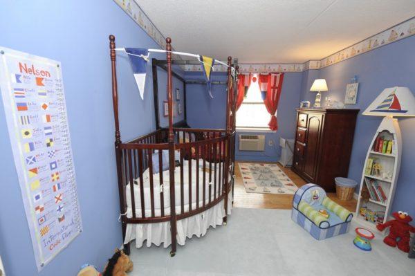 морской стиль в детской с кроватью палубой