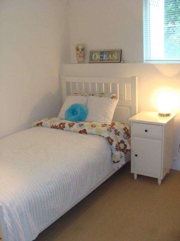кровать в светлой комнате для детей