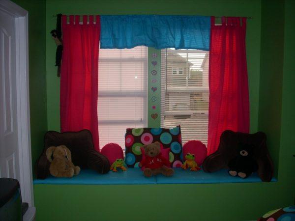 яркие шторы в зелёной детской