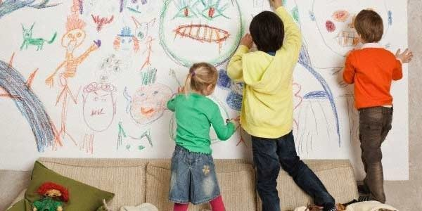 ребёнок рисует на стенах детской