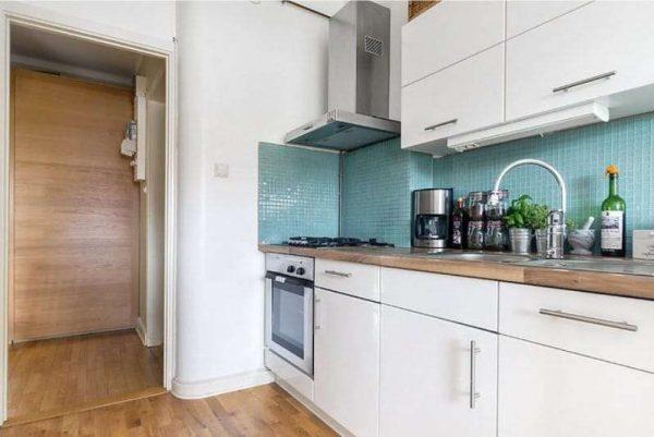 фартук бирюзового цвета на кухне
