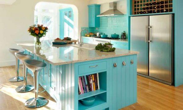 кухня с островом в бирюзовых цветах