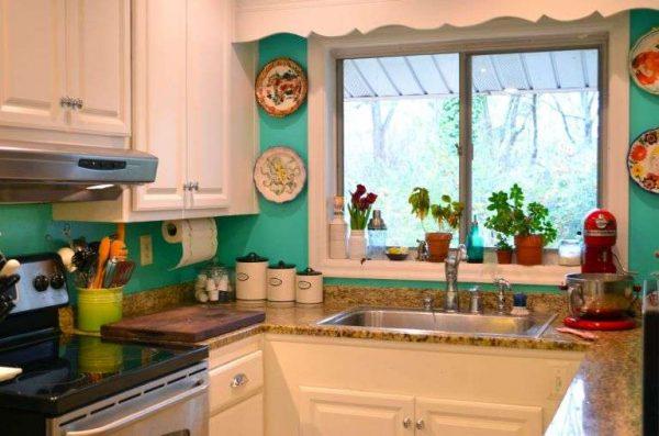 кухня с бирюзовыми стенами