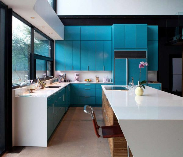 бирюзовая кухня с чёрными стенами
