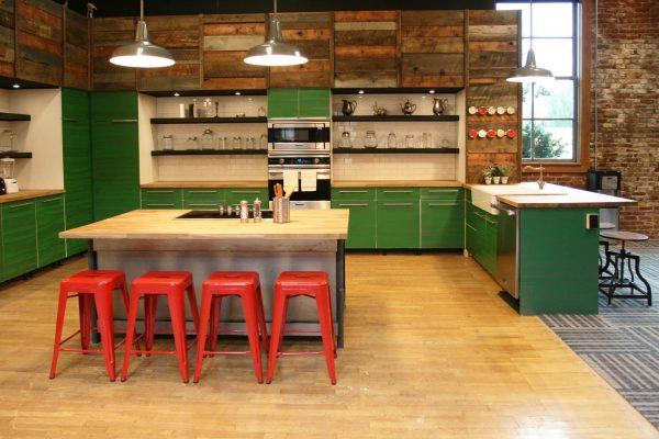 зелёный гарнитур и красные стулья на кухне в стиле лофт