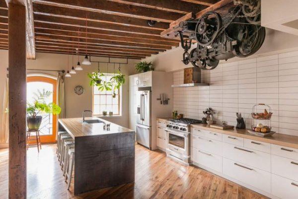 белая плитка на стене кухни лофт