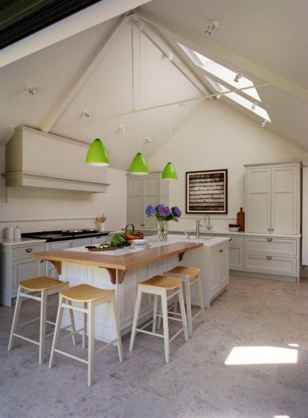 угловая барная стойка на белой кухне