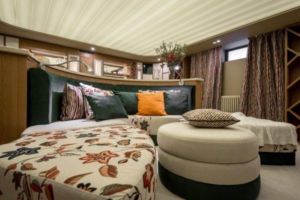 полукруглый диван с барной стойкой