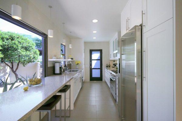 барная стойка у окна на кухне