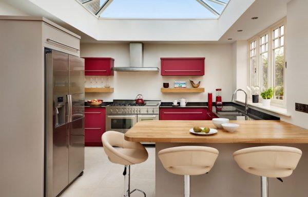 широкая барная стойка в интерьере кухни
