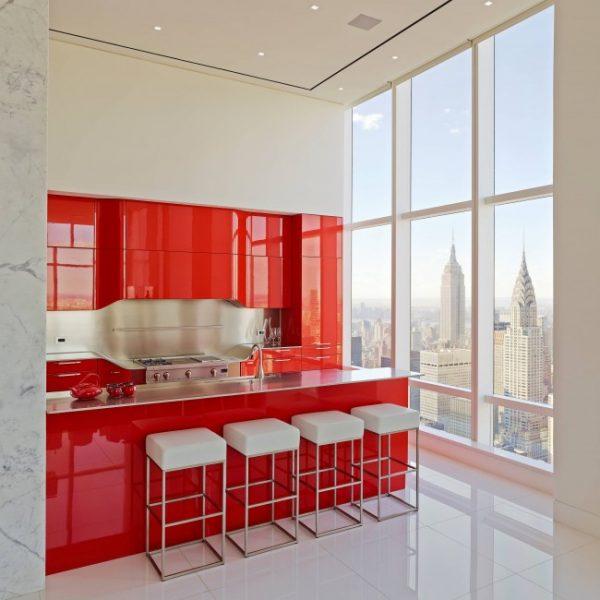 красный глянцевый гарнитур в кухне студии