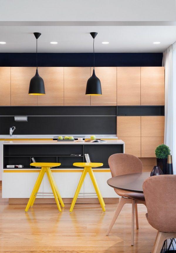 жёлтые табуретки в интерьере кухни студии
