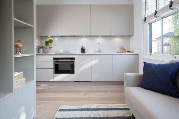 белый гарнитур в интерьере кухни студии