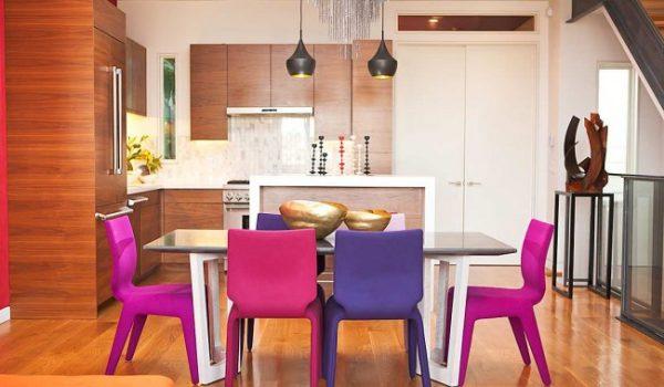 яркие стулья за обеденным столом