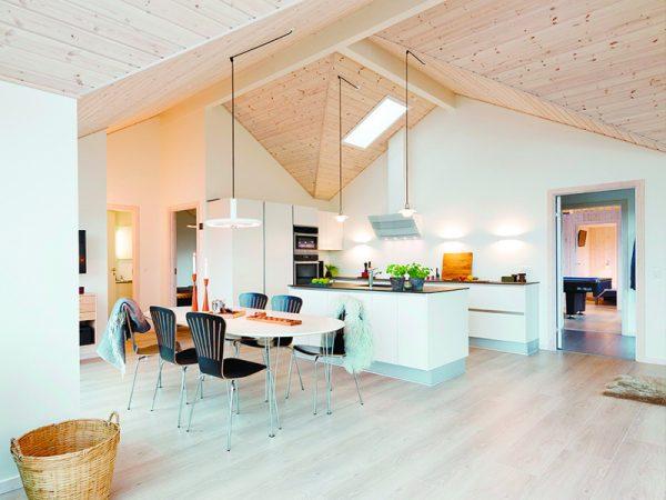 потолок деревянный со светильниками