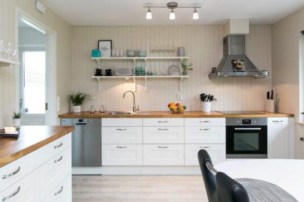 скандинавская кухня с деревянной отделкой