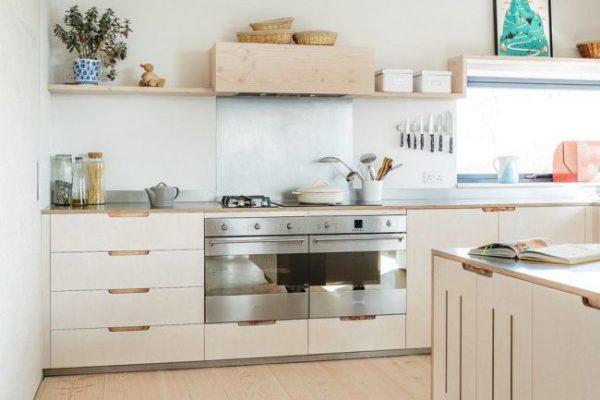 открытые полки на кухне в скандинавском стиле