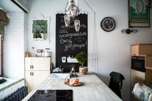 скандинавская кухня с доской для рисования
