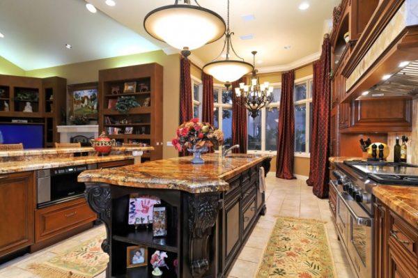 шторы прямые в интерьере классической кухни