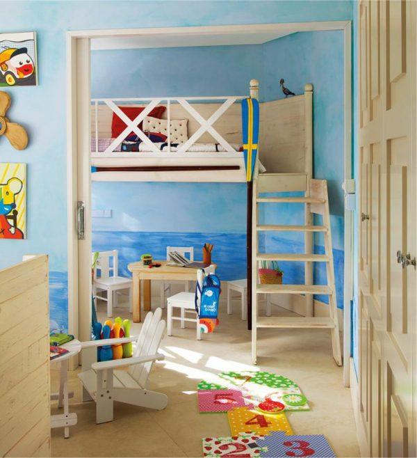 кровать на втором этаже детской в морском стиле