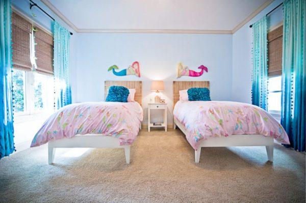 русалки на стенах детской комнаты в морском стиле