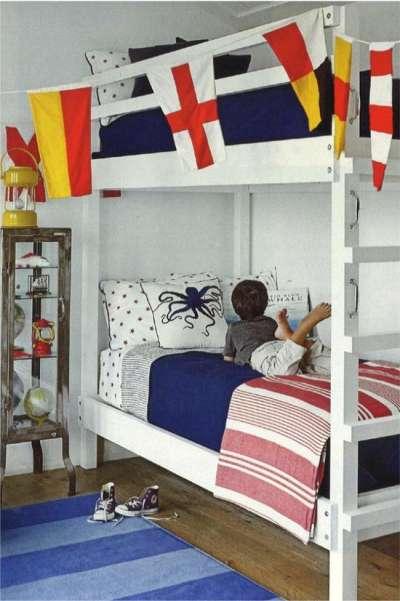 Красная кровать на морском фоне