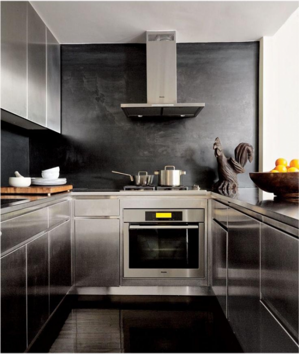 кухня металлик с чёрными обоями