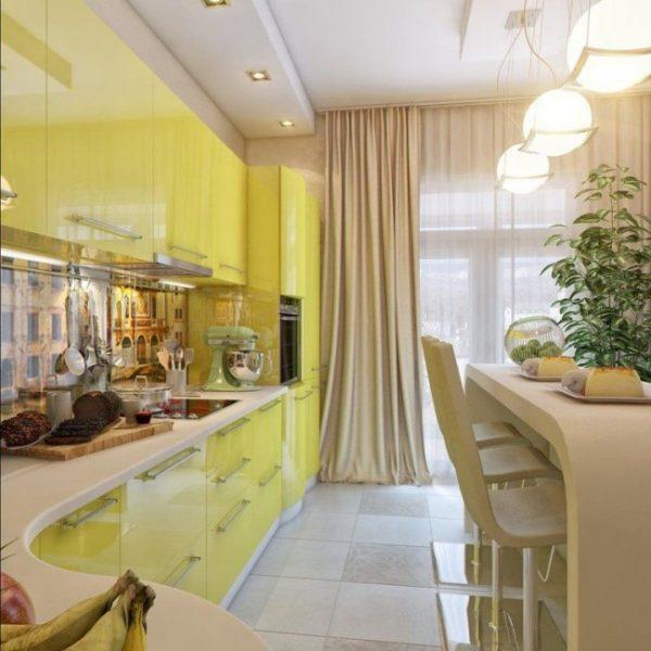 классические шторы в интерьере жёлтой кухни