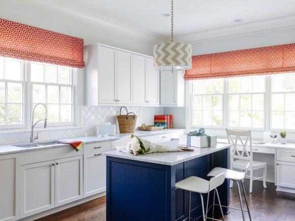 лёгкие красные шторы для кухни