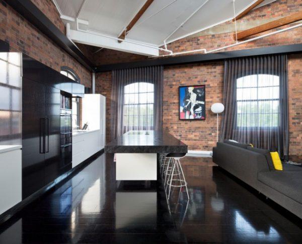 чёрные шторы в интерьере кухни лофт