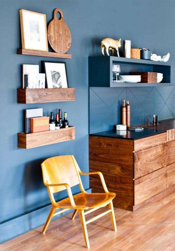 деревянная мебель для синей кухни
