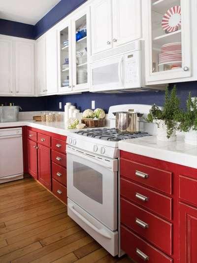 синяя с красным кухня