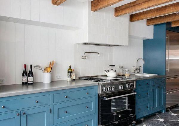 белые стены голубая кухня