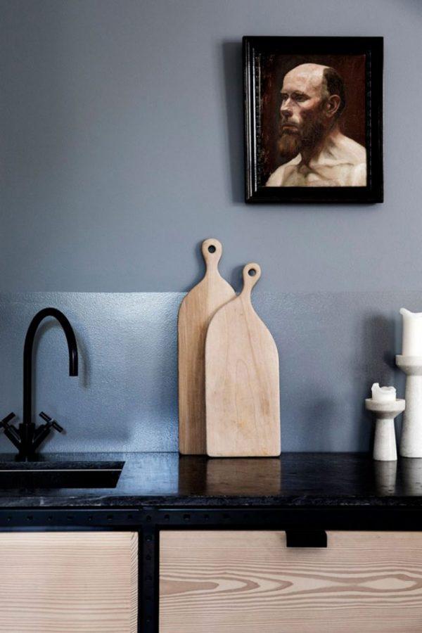 декор стен на синей кухне