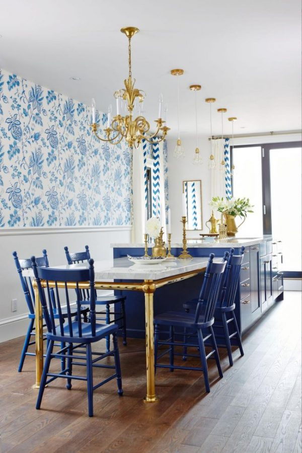 обои с синим орнаментом и синие стулья