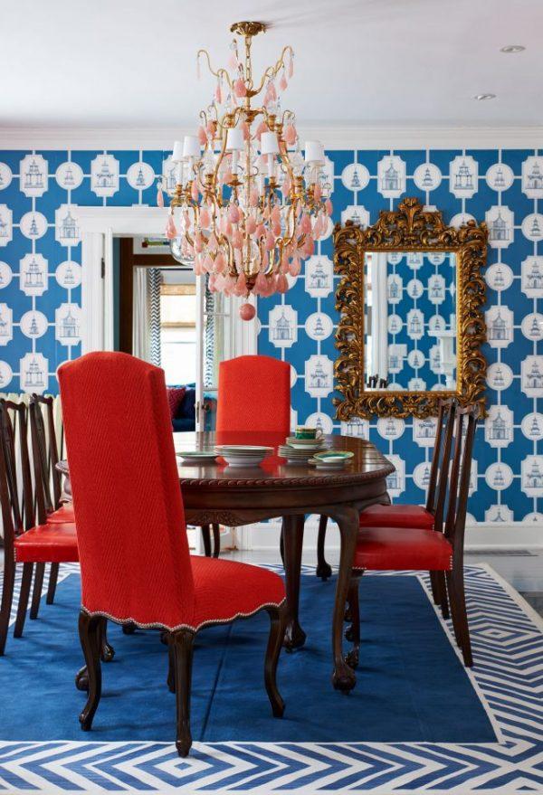 синие обои на кухне с красными стульями