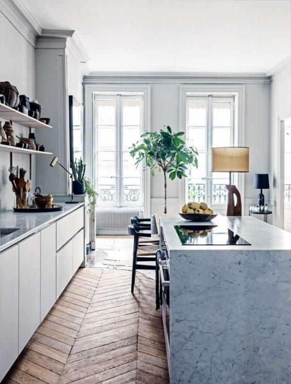 открытые полки на синей кухне