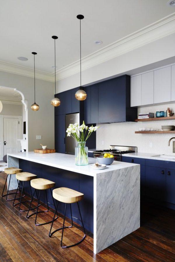 остров с барными стульями на синей кухне