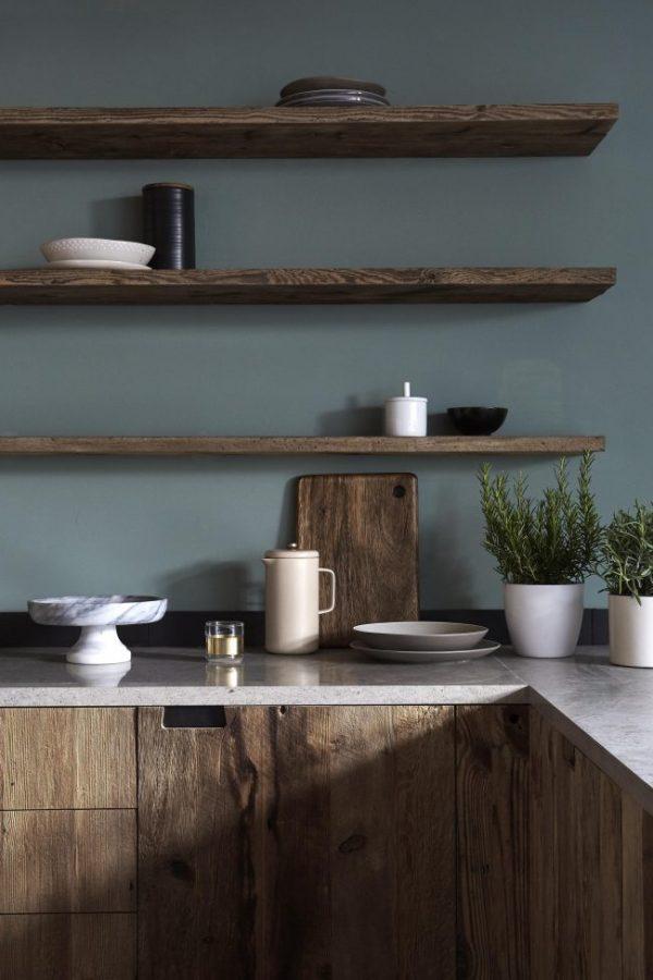 синяя кухня с открытыми полками