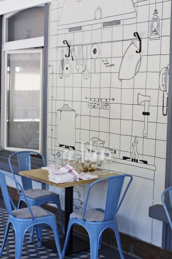голубые стулья и рисунок на стене