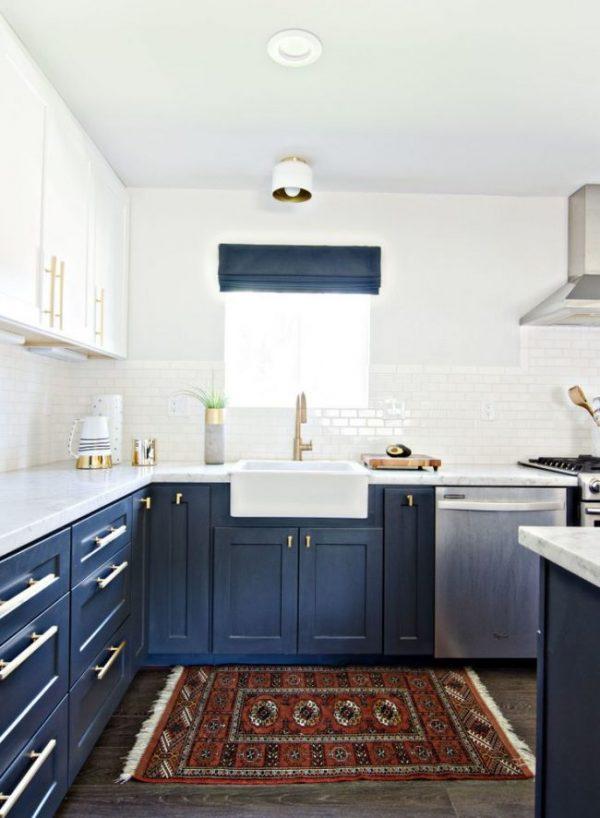 синие шторы римские на синей кухне