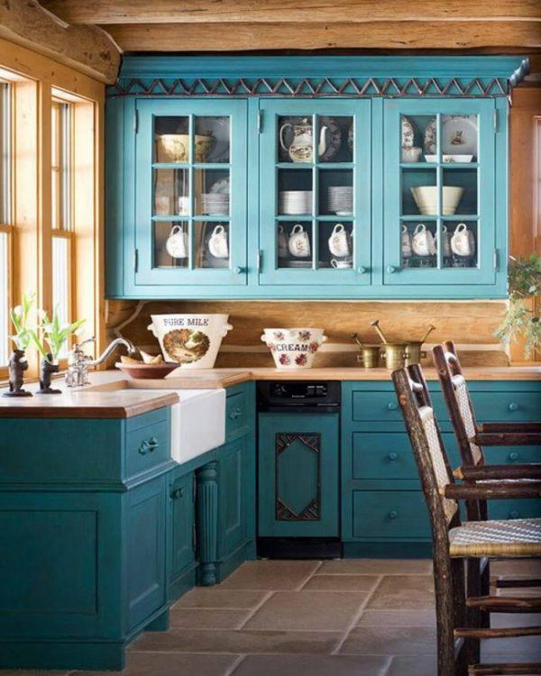 синяя кухня в деревенском стиле