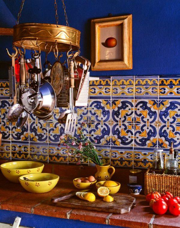 кафель с орнаментом на синей кухне